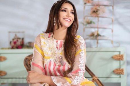 Ramsha Khan bags the favorite actress award at the  ARY People's Choice Award 2021